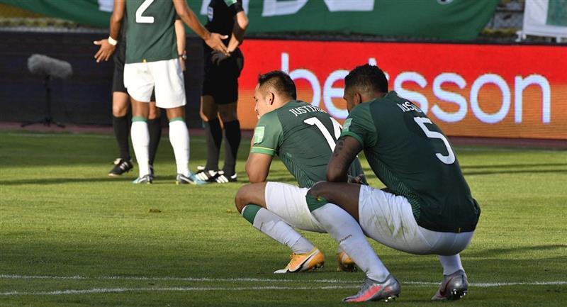 La selección boliviana luego de la derrota frente a Ecuador. Foto: EFE