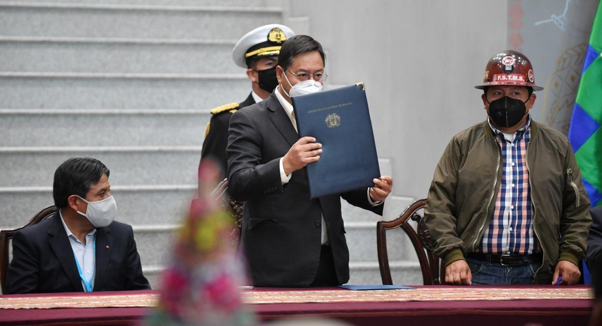 El presidente Luis Arce promulga las leyes que viabilizan el pago del Bono Contra el Hambre. Foto: ABI