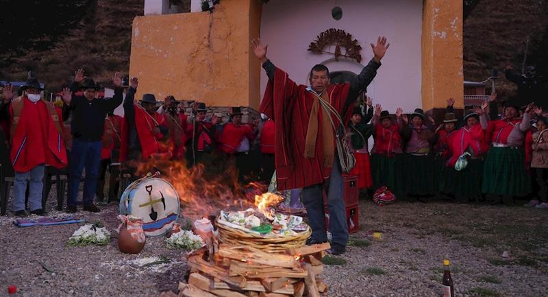 Pobladores de Hampaturi realizan un ritual para invocar la esperada lluvia. Foto: EFE
