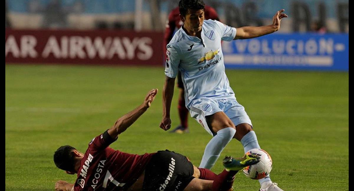 Roberto Fernández de Bolívar disputa el balón con Lautaro Acosta de Lanús, en un partido de los octavos de final de la Sudamericana. Foto: EFE