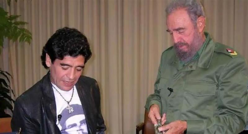 El cuarto aniversario de la muerte de Fidel ha quedado marcado por la muerte del exfutbolista argentino Maradona. Foto: Twitter @iunida