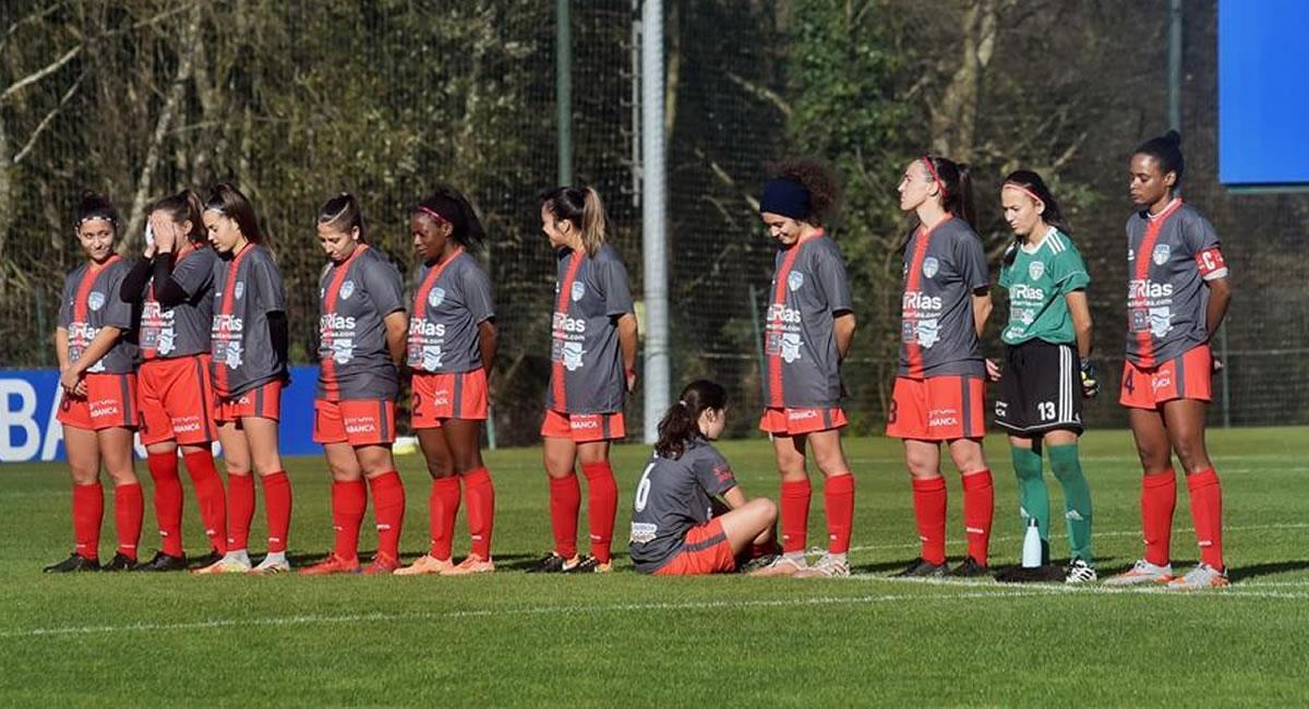 Paula Dapena da la espalda a sus compañeras de equipo y a las rivales del Deportivo Abanca en el minuto de silencio que se guardó por el exfutbolista Maradona. Foto: EFE