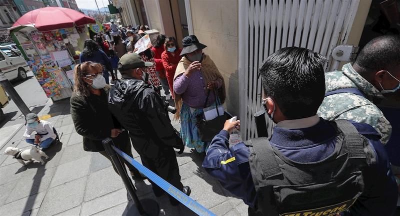 Filas en los bancos para cobrar el Bono Contra el Hambre. Foto: EFE