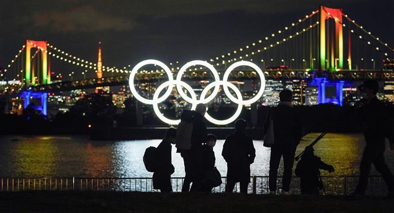 El logo de los Juegos Olímpicos se volvió a instalar en su localización original tras realizarse trabajos de mantenimiento. Foto: EFE
