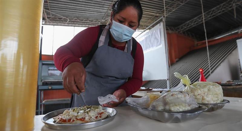 Mujeres bolivianas que han hecho de la gastronomía una nueva forma de vida con productos locales. Foto: EFE