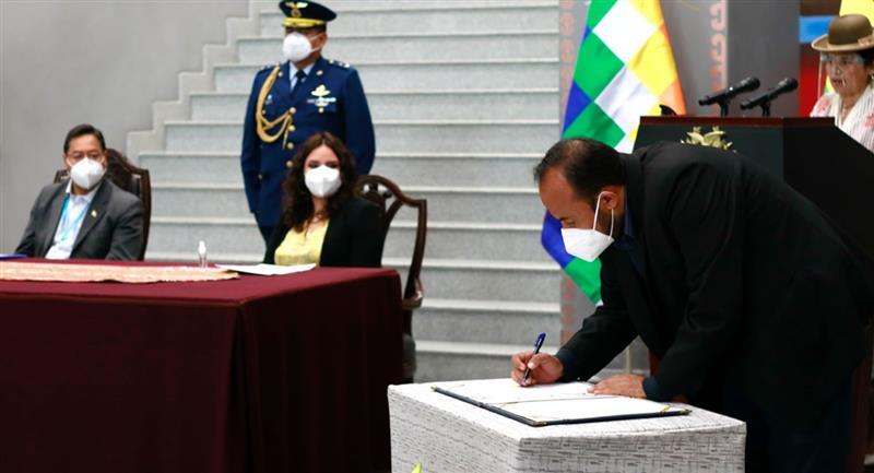 Firma de contrato con el Instituto Serum de la India para el suministro de dosis de vacuna de AstraZeneca y la Universidad de Oxford. Foto: ABI