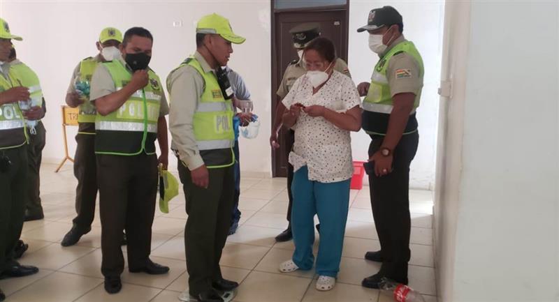 Un grupo de policía recibe dosis de Ivermectina. Foto: ABI