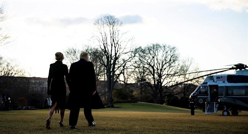 Donald Trump sale por última vez de la Casa Blanca. Foto: EFE