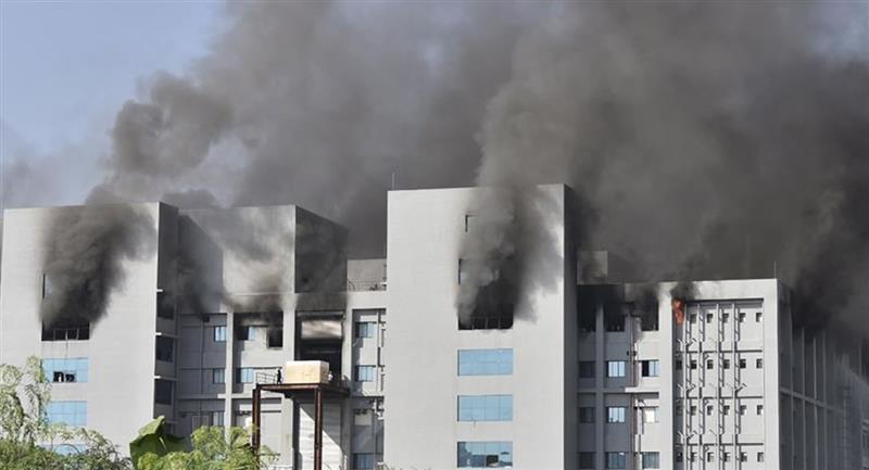 El incendio se desató en un área del gran complejo de la sede central de SII en la localidad de Pune. Foto: EFE