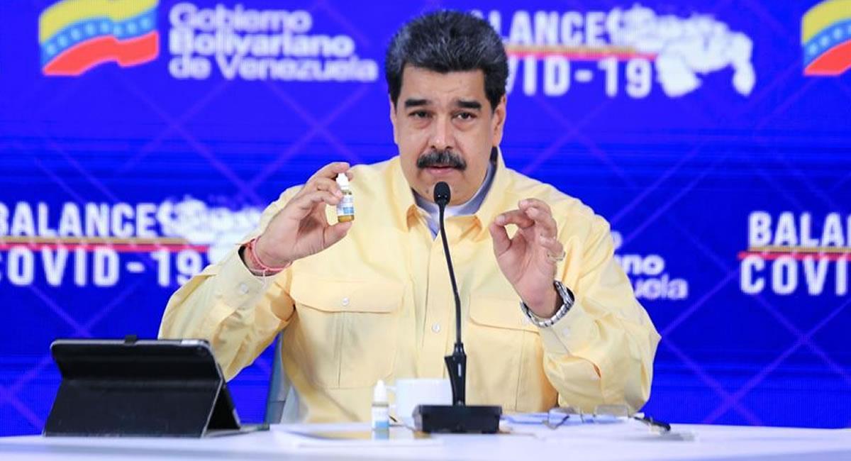 Presidente venezolano Nicolás Maduro mientras muestra un frasco de Carvativir, en Caracas. Foto: EFE