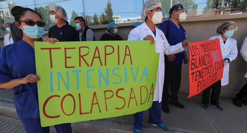 Médicos protestaron exigiendo volver a la cuarentena rígida. Foto: EFE