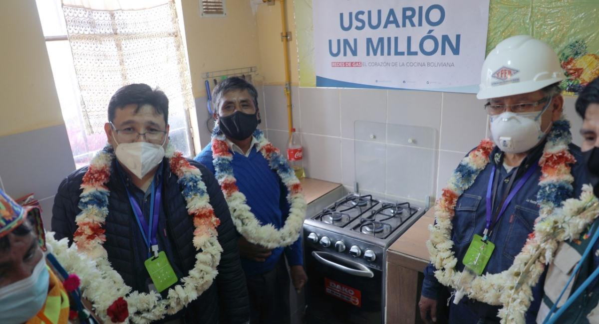 Conexión de gas domiciliario numero un millón en el país. Foto: ABI