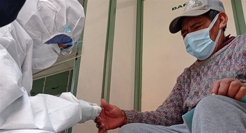 Rastrillaje y pruebas rápidas para contener el COVID-19 en Bolivia. Foto: ABI