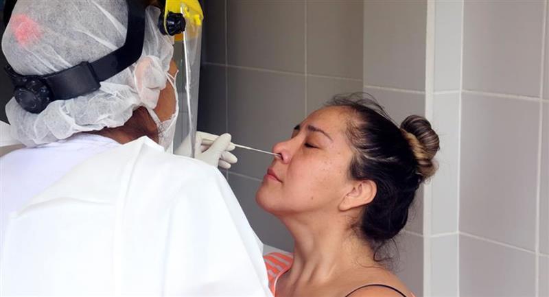 Prueba antígeno nasal gratuita en el centro de salud Elvira Winderlich. Foto: EFE
