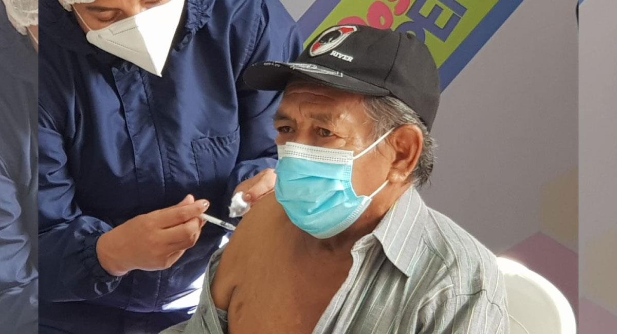 Vacunación masiva contra la Covid19. Foto: Twitter @SaludDeportesBo