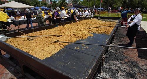 Construyen paila gigante para dar comida solidaridad bolivianos