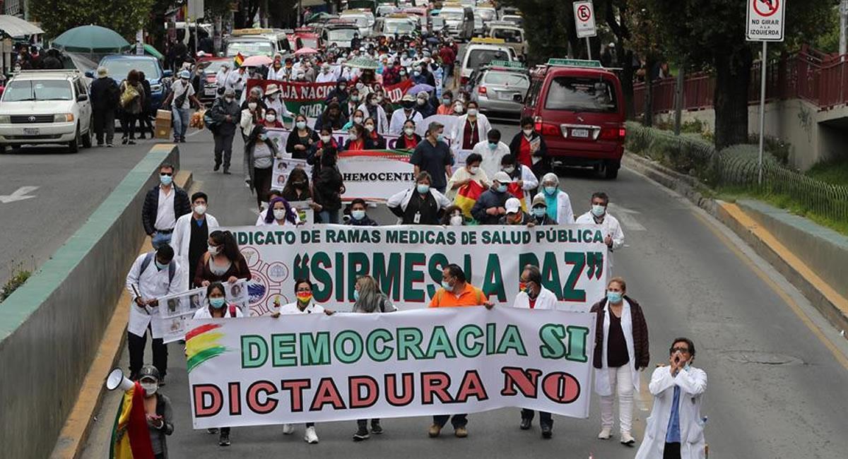 Funcionarios de salud en una marcha en La Paz. Foto: EFE