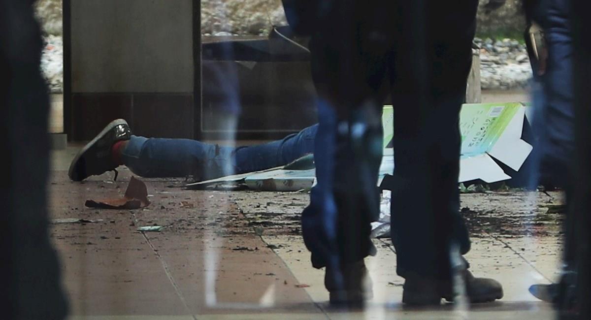 Cuerpo sin vida de un estudiante que cayó tras romperse una baranda. Foto: EFE