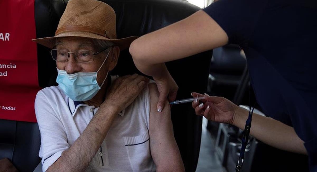 Nuestros 'viejitos' deben ser prioridad en la vacunación. Foto: EFE
