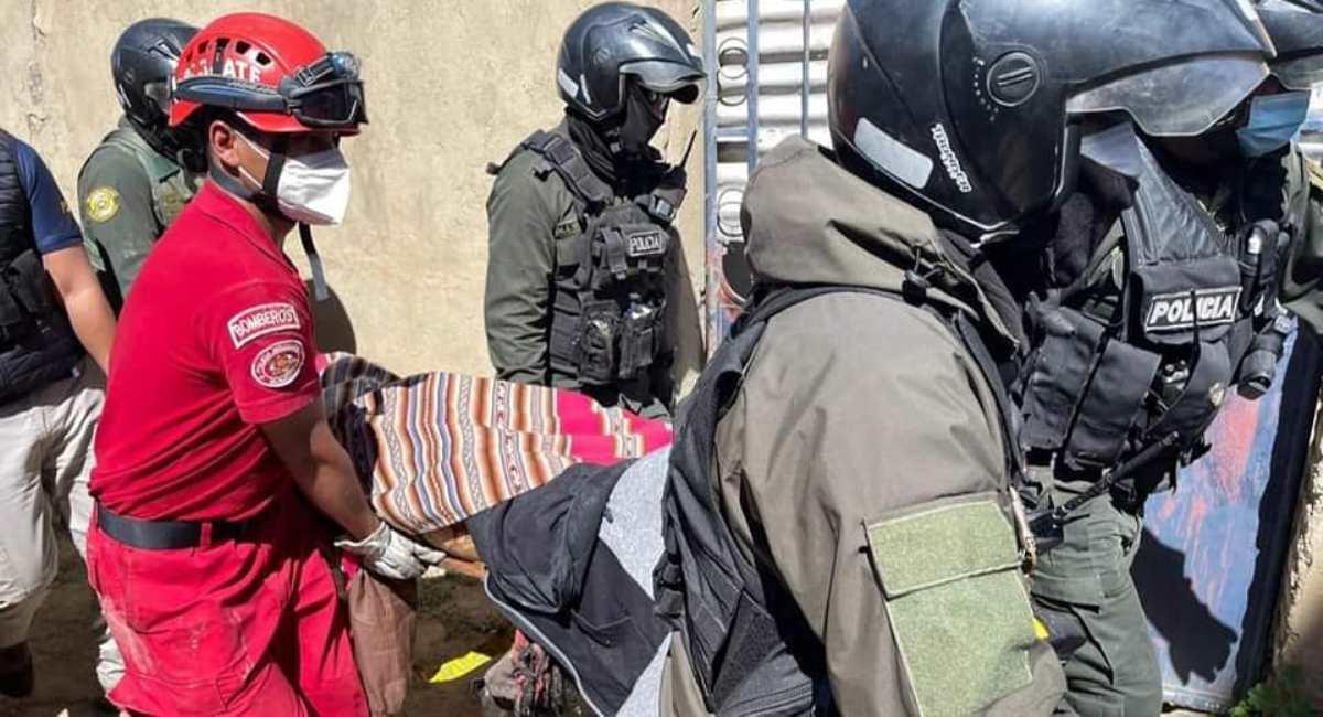 Bomberos y Policía trasladan a la mujer fallecida. Foto: Facebook Agencia de Noticias Tarija