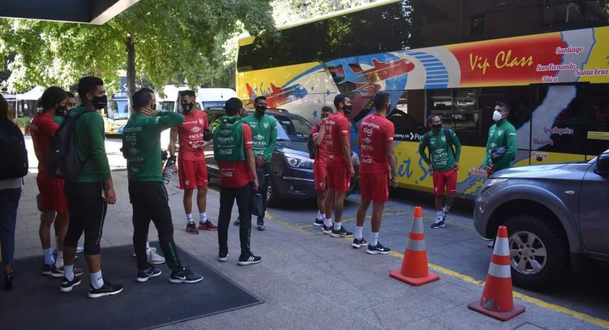 La selección boliviana se dirige a su primer entrenamiento en Chile. Foto: Twitter @laverde_fbf