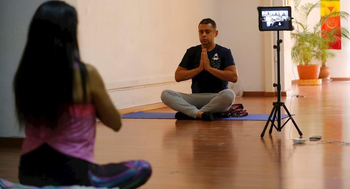 La instructora Leticia Trejo Escobar imparte una clase de Yoga. Foto: EFE