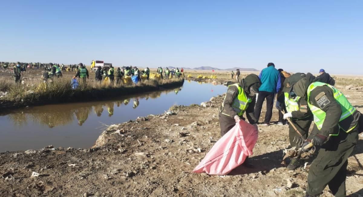Campaña de limpieza del lago Uru Uru. Foto: ABI