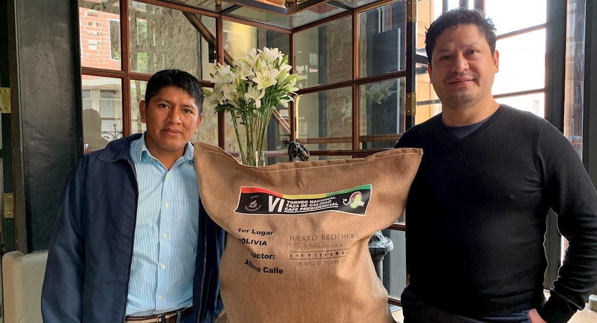 El cafetero boliviano Fernando Calle (i) y el representante de la empresa Hierro Brothers, Boris Alarcón (d). Foto: EFE