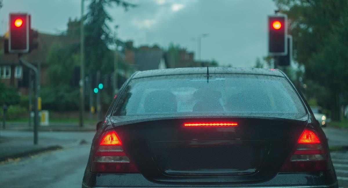 Esta es una exhortación para evitar la distracción al volante. Foto: Shutterstock
