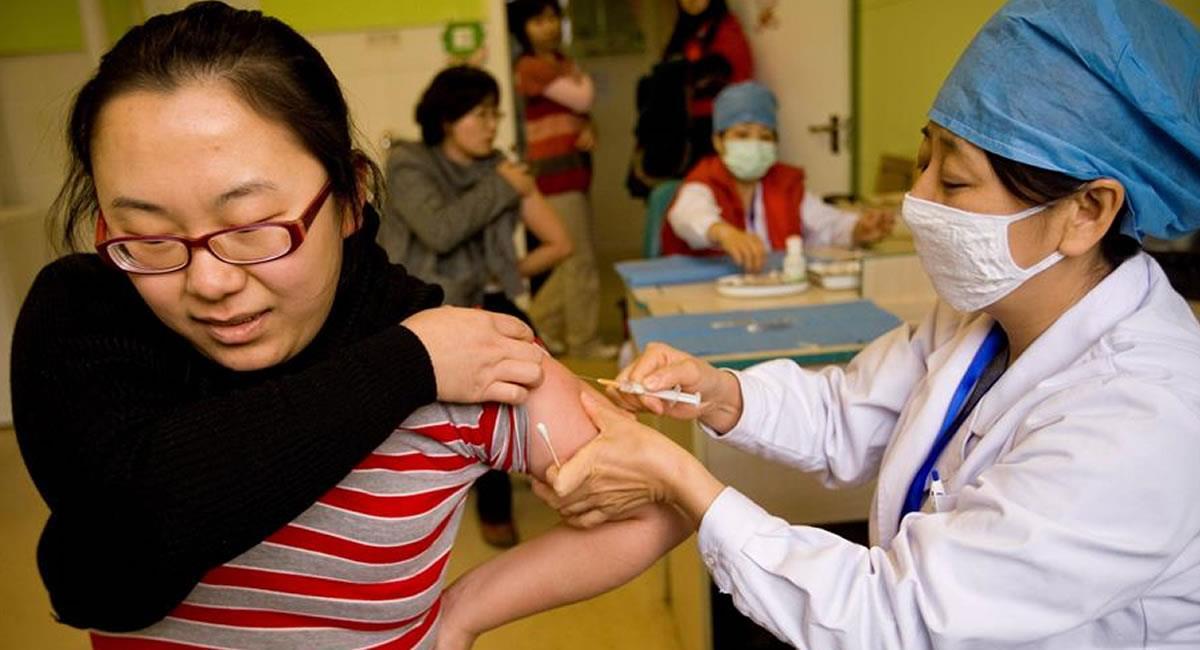 Pekín estudia la mezcla de varias o un cambio en las pautas de vacunación. Foto: EFE