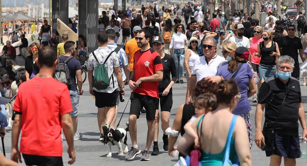 Los israelíes ya no estarán obligados a usar mascarilla al aire libre a partir del domingo. Foto: EFE
