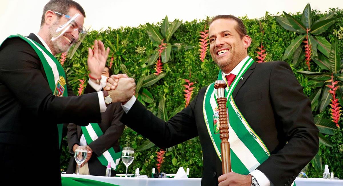El nuevo gobernador de Santa Cruz, Luis Fernando Camacho (d) es felicitado tras posesionarse en el cargo en Santa Cruz. Foto: EFE