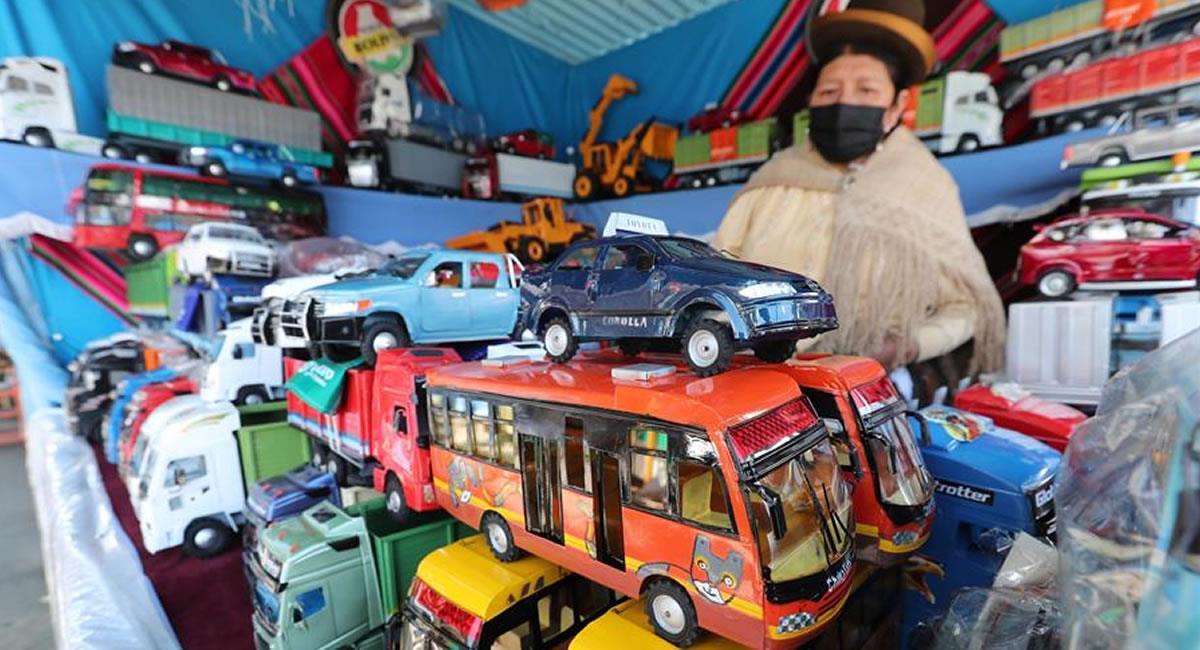 La Alasita: fiesta de la miniatura donde los bolivianos adquieren pequeños bienes con la ilusión de que se harán realidad. Foto: EFE