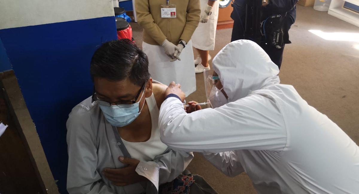 Vacunación contra la COVID-19 en Bolivia. Foto: ABI