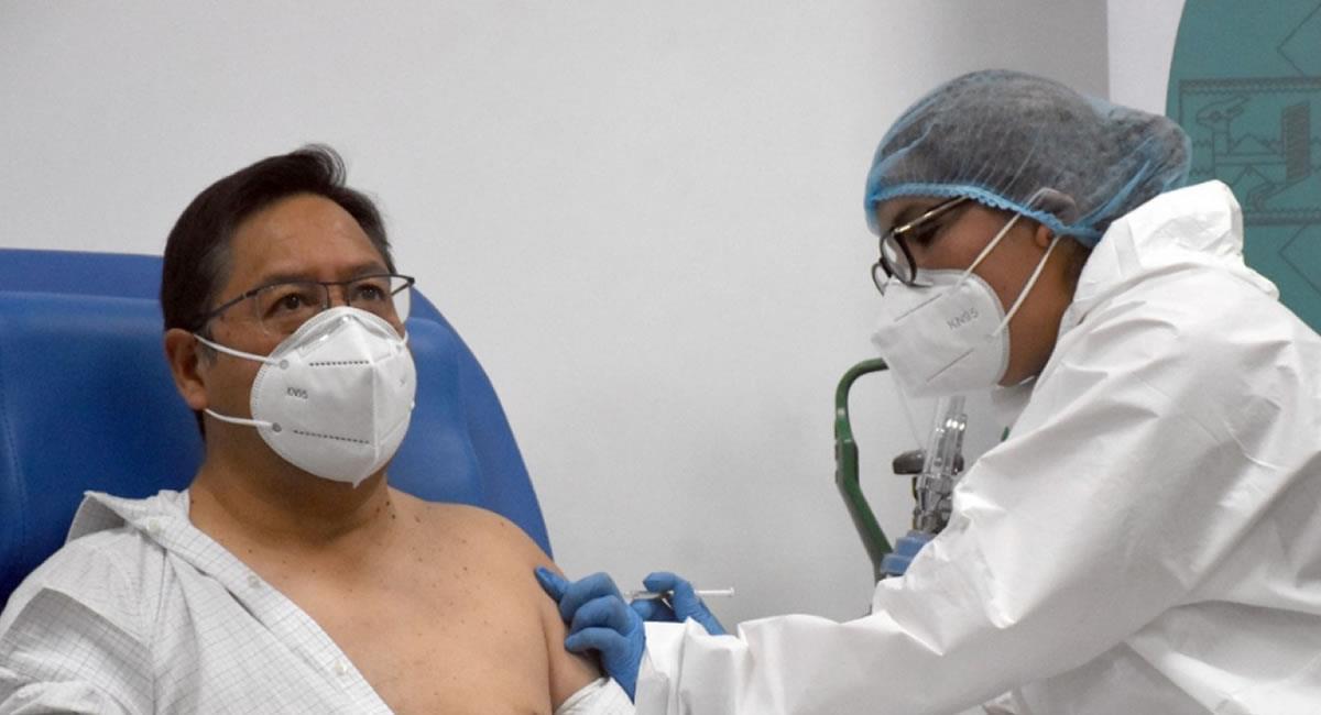 Presidente de Bolivia recibiendo la vacuna. Foto: ABI