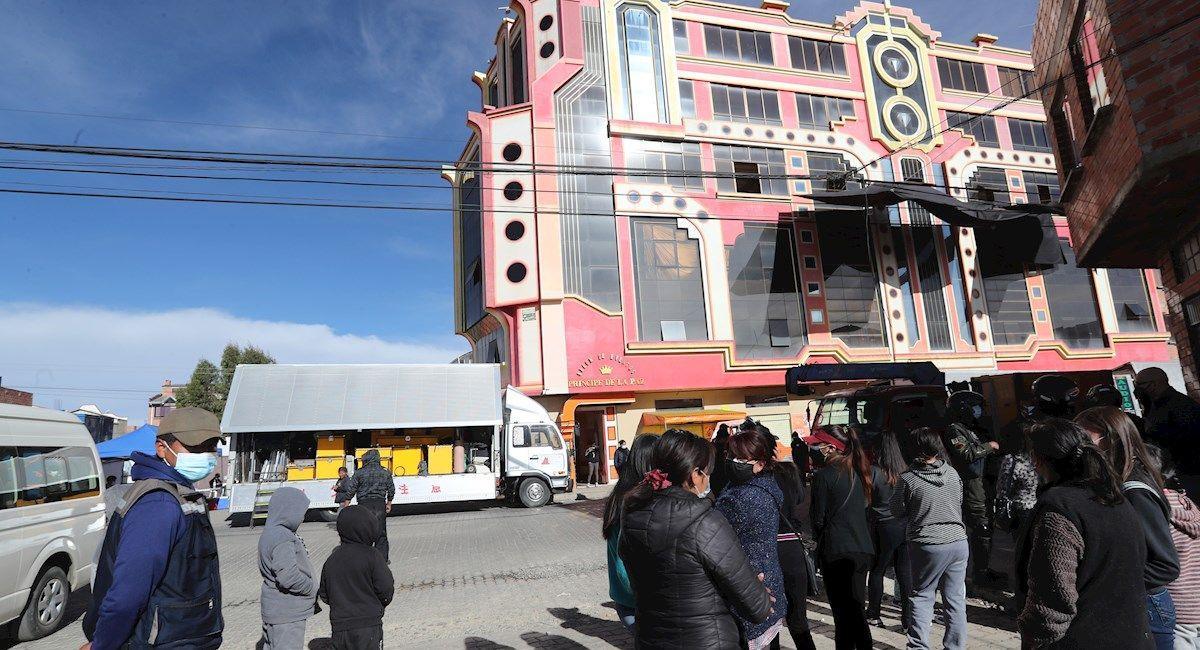 """Rodaje de """"La Reina del Sur"""" en un """"cholet"""" de El Alto. Foto: EFE"""