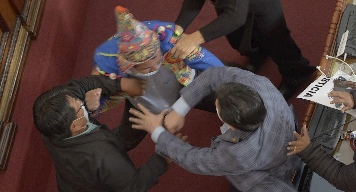 Pelea a puños entre el diputado del MAS Antonio Colque y el senador de Creemos Henry Montero. Foto: EFE