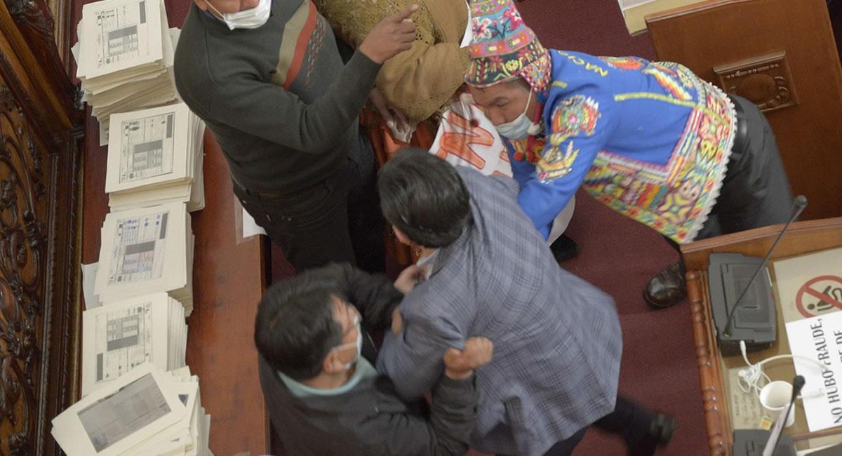 Pelea entre oficialistas y opositores bolivianos. Foto: EFE