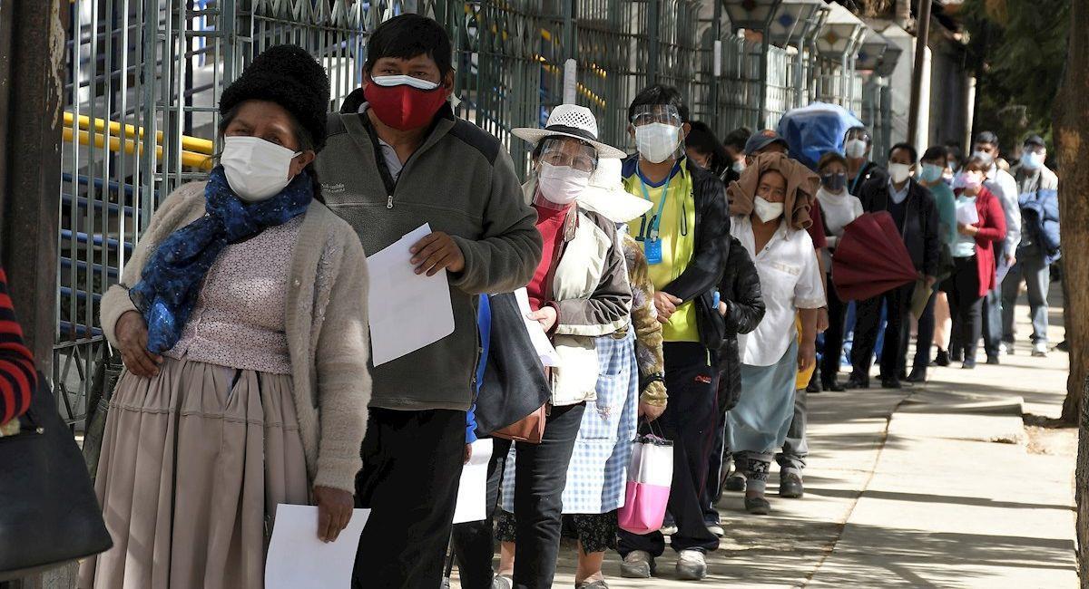Personas hacen fila para vacunarse contra la covid-19 en Cochabamba. Foto: EFE