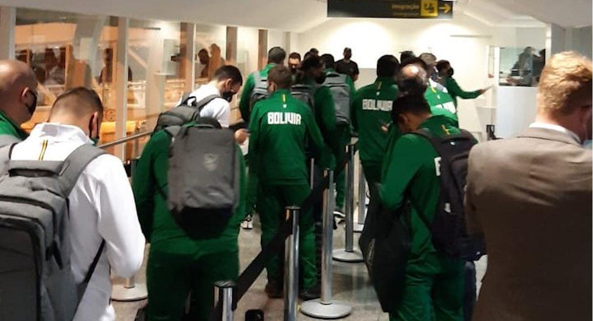 La selección de Bolivia en su arribo a Goiania, Brasil. Foto: Twitter @laverde_fbf