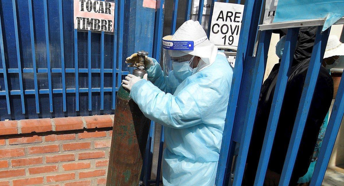 Trabajadores cargan cilindros de oxígeno en el Hospital Benigno Sánchez de Quillacollo, Cochabamba. Foto: EFE
