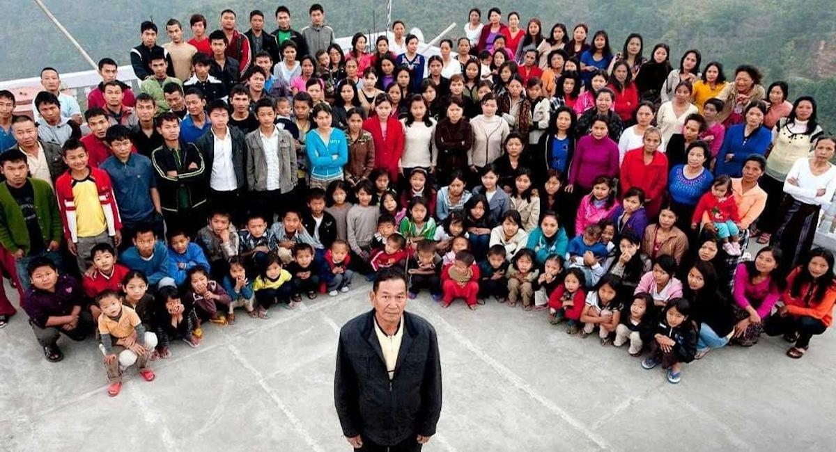 Ziona Chana posando junto a su familia. Foto: Twitter @Telemundo