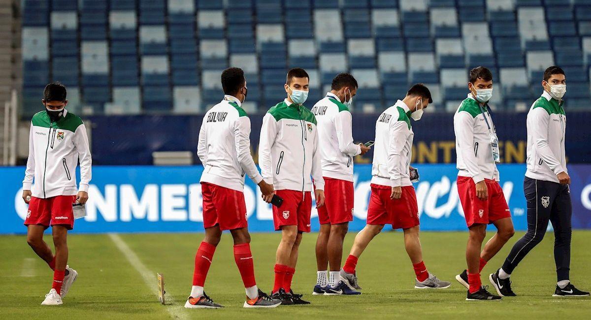 Selección boliviana durante el reconocimiento del terreno en el estadio Arena Pantanal de Cuiabá. Foto: EFE