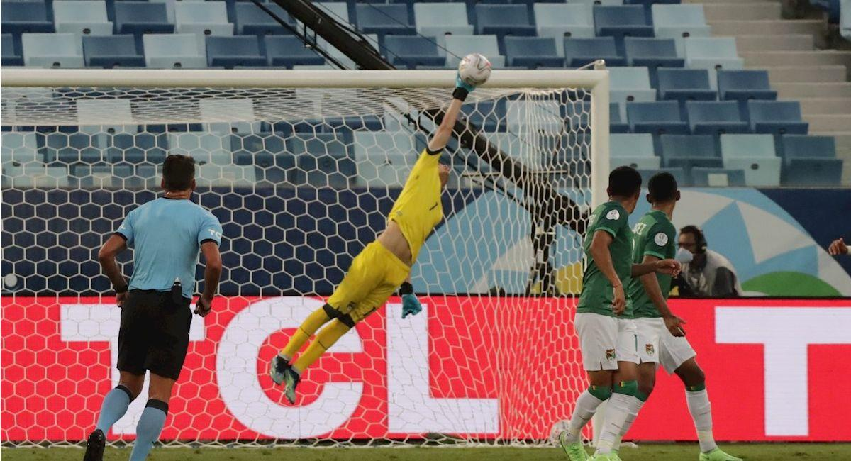 Carlos Lampe ataja un pelota en el partido contra Chile. Foto: EFE