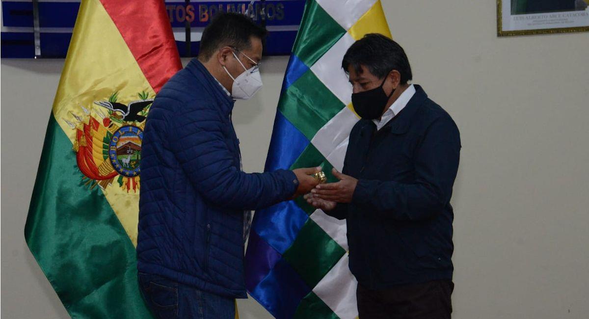 Luis Arce entrega el bastón de mando a David Choquehuanca antes de viajar a Venezuela. Foto: ABI