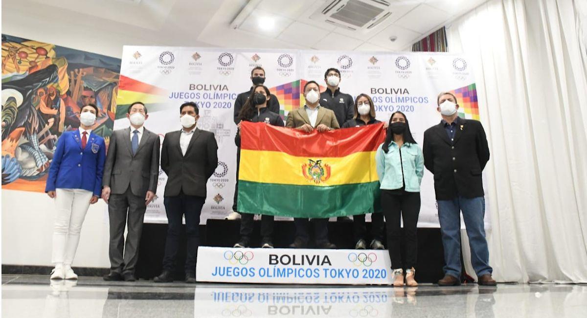 Luis Arce entrega la bandera boliviana a la delegación de deportistas. Foto: ABI