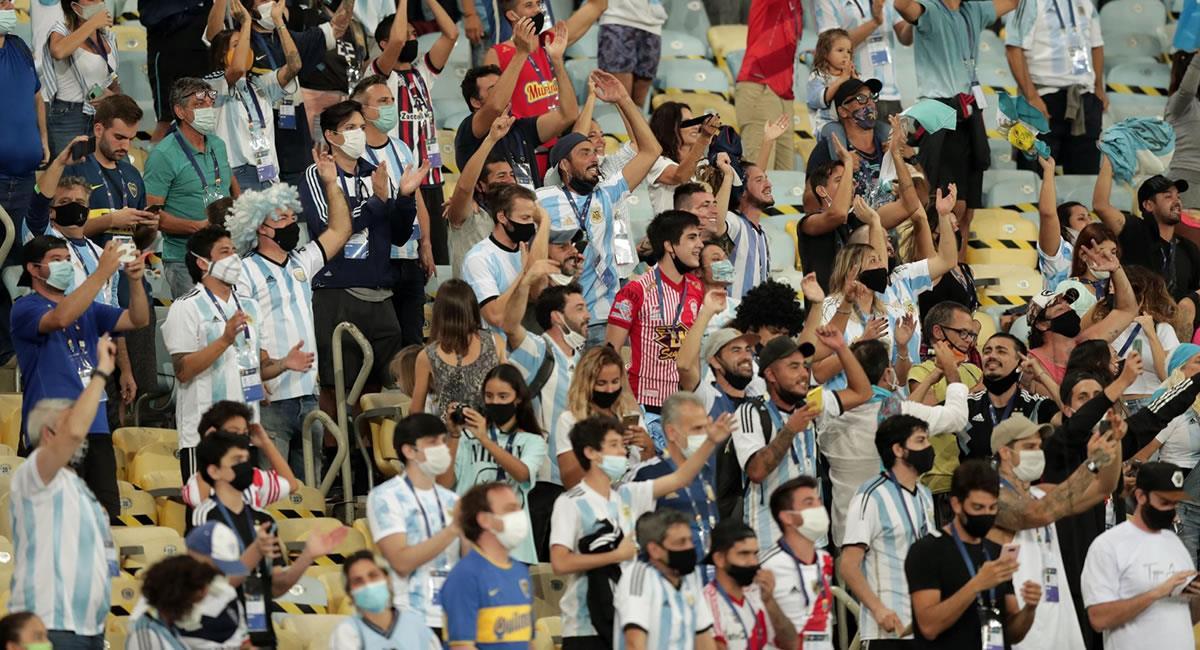 Aficionados de Argentina celebran el triunfo de su selección ante Brasil en la final de la Copa América. Foto: EFE