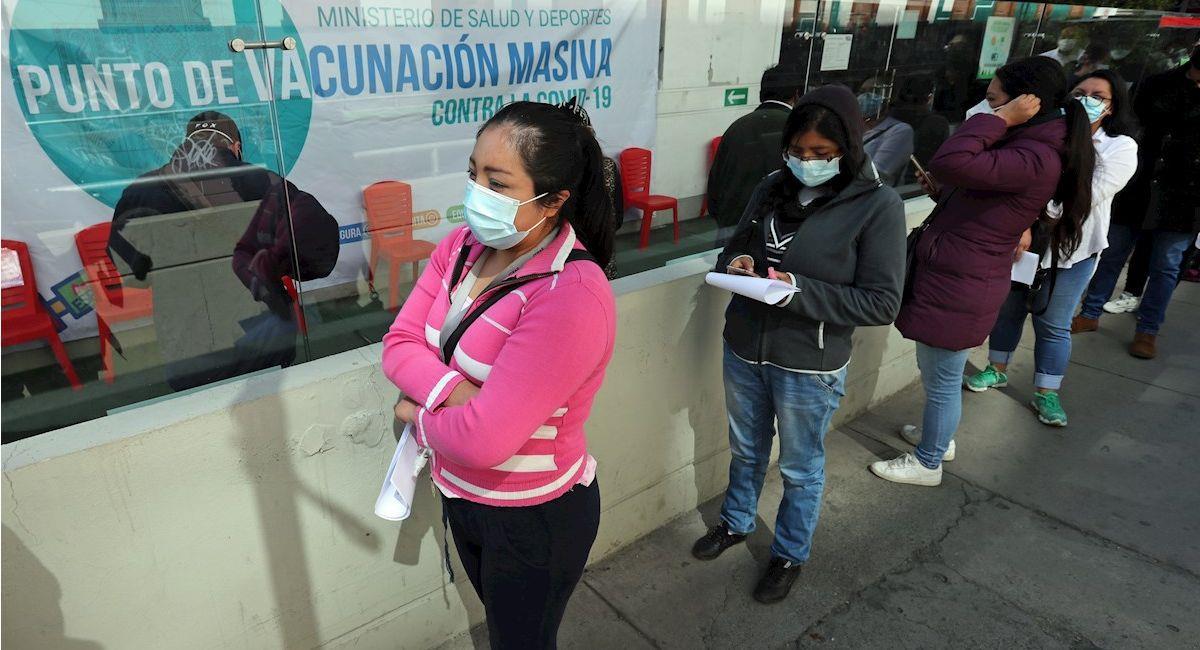 Personas hacen fila en un punto de vacunación en La Paz. Foto: EFE