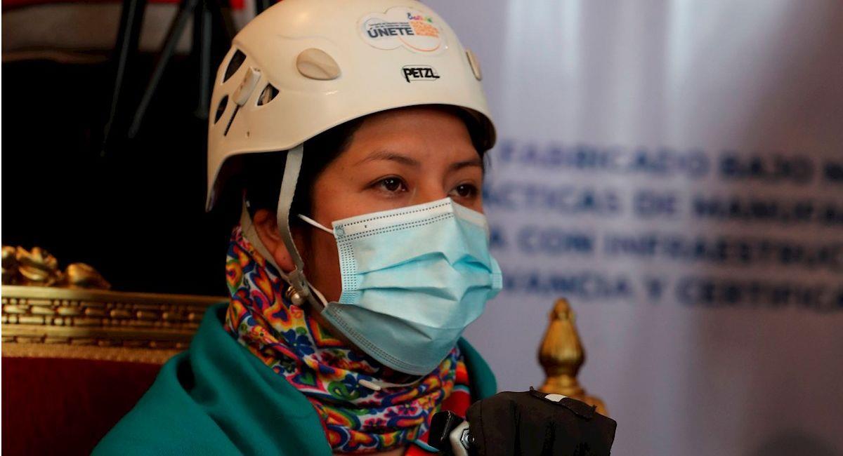 Una mujer utiliza un tapabocas fabricado en Bolivia. Foto: EFE