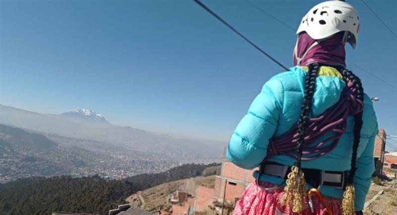 Cholitas escaladoras se alistan para encumbrar tres montañas